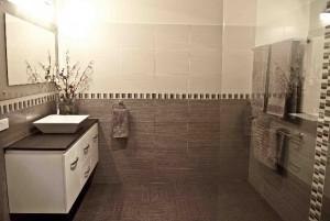 Bulimba wide angle bathroom horizontal feature tile