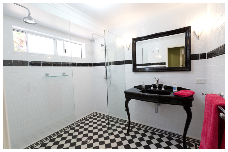 Wide angle main bathroom Cashmere traditional floor and wall tiling